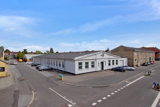 Produktion/lager på Gl. Hobrovej i Randers NV - Set fra vejen
