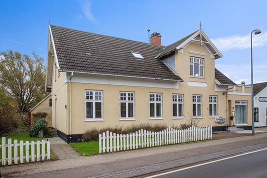 Bolig/erhverv på Strøby Bygade i Strøby - Set fra vejen